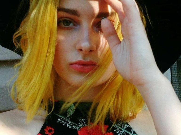 девушка с желтыми волосами